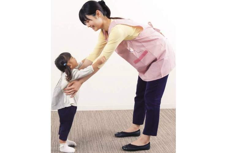 腰痛を防ぐ子どもの抱き上げ方